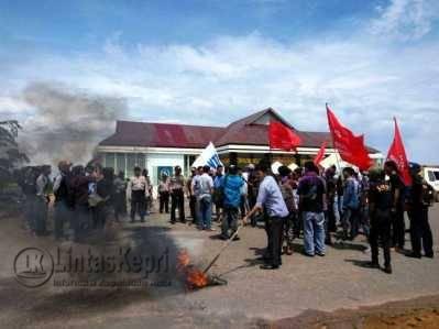 Puluhan Unras yang tergabung dalamForum Aksi Bersama (FAB) menggelar aksi Unjuk Rasa (Unras) di halaman Kantor Dinas Pendidikan Provinsi Kepri, Kamis (19/5)