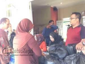 Masyarakat mengantri belanja Pasar Murah Ramadhan, di Kantor Lurah Tanjung Unggat, Senin (13/6)