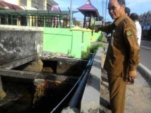 Asisten 1 Pemko Tanjungpinang, Robert Pasaribu saat meninjau titik banjir di sekitaran Jalan Pemuda, Selasa (14/6)