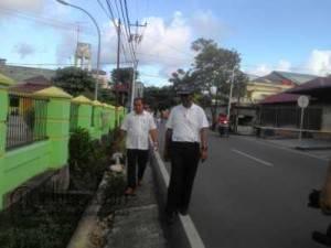 Kadis PU Kota Tanjungpinang, Amrialis saat meninjau saluran drainase yang diduga jarang dibersihkan PU, Selasa (14/6)