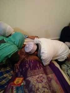 Walikota Tanjungpinang, Lis Darmansyah saat bersujud dihadapan jenazah Ibunda Hj. Halimahtu Sa'diah, dikediamannya JL Perum Kijang Kencana 4, Sabtu (17/6).