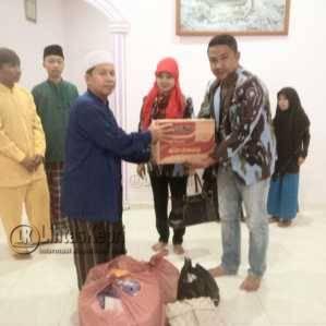 Ketua DPD IPK Tanjungpinang, Iwan Khey saat memberikan bantuan sembako kepada pengurus Panti Asuhan Tauhfizul, KM 6, Jumat (24/6).