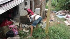 Terlihat kedua pekerja tengah membangun kamar mandi rumah Rina, penderita Stroke Neurologi, Senin (27/6).