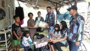 DPD IPK Kota Tanjungpinang saat memberikan bantuan sejumlah Sembako kepada Rina, Senin (27/6)