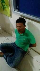 Inilah Akbar (36), terduga menyelundupkan Narkoba Jenis Sabu dalam perut saat diamankan BC Batam, Minggu (5/6)