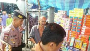 Polres Tanjungpinang saat mengamankan petasan di sejumlah jalan Kota Tanjungpinang, Jumat (10/6)