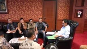Gubernur Kepri, Nurdin Basirun saat menerima berkas dukungan masyarakat Jemaja, di Kantor Gubernur Kepri, Dompak, Selasa (14/6)