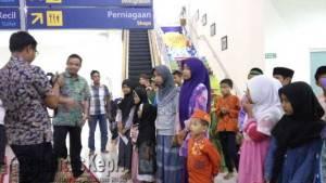 GM PT. Angkasa Pura II Bandara RHF Tanjungpinang saat membagikan Tas Sekolah kepada anak yatim, di chek In Counter RHF, Jumat (17/6)
