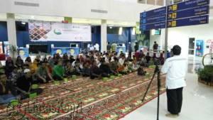Ustad Deddy Sanjaya saat memberikan tausiah kepada Anak Yatim dan Kariawan PT Angkasa Pura II di Bandar Udara RHF Tanjungpinang, Jumat (17/6)