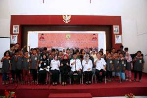 Anak Jalanan dan Anak Berhadapan Hukum (ABH) beserta Orang Tua mereka, saat foto bersama Wakil Walikota Tanjungpinang, H Syahrul S.Pd