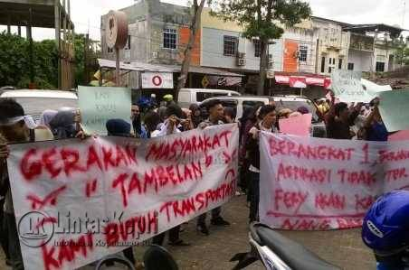 Mahasiswa Stisipol Raja Haji Tanjungpinang asal Tambelan, melakukan aksi demonstrasi di kantor Dishub Kepri, menuntut Pemprov Kepri menambah armada angkutan laut Ke Tambelan, Senin (27/6).