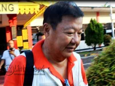 Tersangka kasus pemalsuan akta otentik, Hengky Suryawan, saat meninggalkan Makopolres Tanjungpinang, Rabu (8/6).
