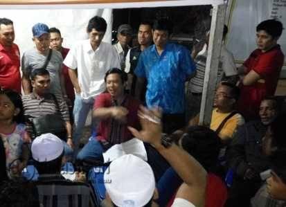Ketua Panitia Bazar Malam Ramadhan, H.Nurman, diantara para pedagang, Selasa (28/6) malam.