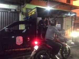 Satpol PP Kota Tanjungpinang saat mengamankan sejumlah Warnet, Kamis (9/6)