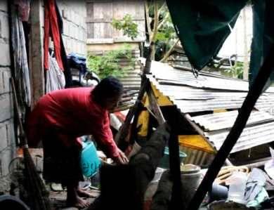 Rina, penderita stroke ringan, didepan dapurnya yang sudah roboh, Sabtu (18/6).