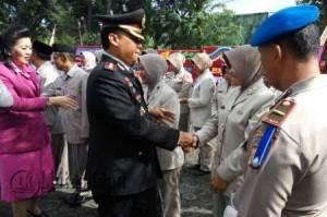 Kapolres Tanjungpinang, AKBP Kristian P Siagian saat menyalami anggotanya pada HUT Bhayangkara Ke 70, di halaman Polresta Tanjungpinang, Jumat (1/7).