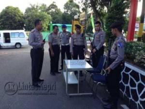 Anggota Polres Tanjungpinang gelar meja siaga antisipasi teror bom Solo, di halaman Polres Tanjungpinang, Selasa (5/7)