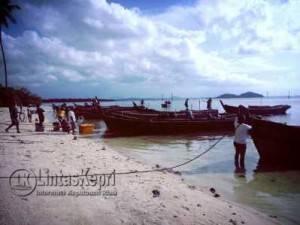Deretan baris pompong nelayan Kelong apung berakit