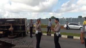 Satlantas Polres Tanjungpinang saat mereka kejadian Truck Toyota Dyna hantam yang terbalik di Jalan Sei Carang Komplek Bintan Centre tepat di Terminal Sei Carang, Sabtu (16/7)