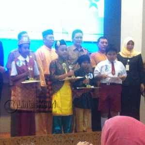 Boy Aditya Ramadhan (tengah bersongket kuning) saat meraih Juara II Lomba Bercerita Tingkat Provinsi Kepri 2016. Foto. Istimewa