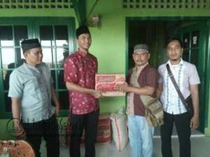Pimpinan Umum LintasKepri.com, Aliasar bersama redaksi LintasKepri.com saat memberikan simbolis bantuan sembako kepada Panti Asuhan Muhammadiyah Tanjungpinang, Kamis (28/7)