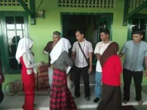 Redaksi LintasKepri.com saat memberikan sagu hati kepada para anak Panti Asuhan Muhammadiyah Tanjungpinang