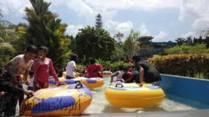 Pengunjung padati kolam bermain air (Areca) yang berada di Jalan Sri Handjoyo Putro, Kilometer 9, Lembah Asri, Minggu (10/7) f.ajianugraha