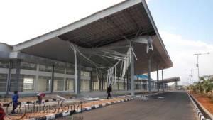Inilah kondisi bagian atap Pelabuhan Dompak yang roboh, Minggu (10/7). F. Aji Anugraha