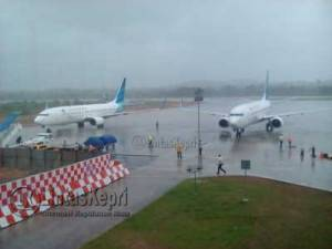 Maskapai Garuda Boing 737-800 Nomor Penerbangan 152 saat mendarat darurat di Bandar Udara RHF Tanjungpinang, Rabu (13/7) f. aji anugraha