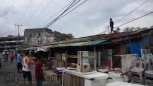 Terlihat dibimbing atap Kios Bintan Plaza (BP) Petugas Gangguan Arus Listrik PLN Area Kota Tanjungpinang tengah mematikan arus Listrik, Sabtu (30/7)