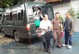 Kadispenda Kabupaten Kepulauan Anambas (KKA), Zulfahmi saat dijebloskan ke Rutan Kelas I Tanjungpinang, Rabu (20/7)