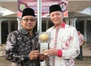 Walikota dan Wakil Walikota Tanjungpinang, Lis-Syahrul saat memegang Piala Adipura Buana 2016 kategori kota sedang yang berhasil diraih Kota Tanjungpinang