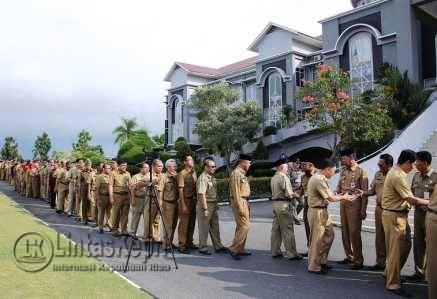 ASN Pemko Tanjungpinang melaksanakan apel perdana dan Halal bihalal pasca cuti bersama Hari Raya Idul Fitri 1437 H.