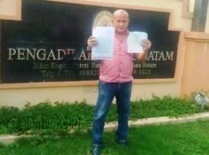 Ketua LSM Barelang, Yusril Koto saat di Pengadilan Negeri Batam, Senin (12/7) kemarin