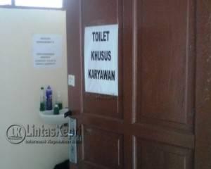Toilet khusus karyawan terlihat cukup bersih