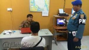 "Tersangka ""Y"" saat diintrogasi Jatanrasla WFQR 4 di Batam, Senin (8/8) (foto istimewa)"