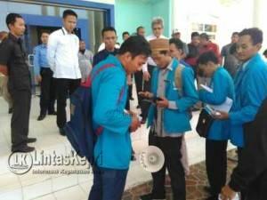 Aksi Unjuk Rasa Mahasiswa UMRAJ di Gedung Rektorat UMRAH, Dompak, Senin (15/8)