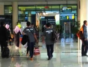 Tim Kadarkum Provinsi Kepri saat keberangkatan menuju Jakarta melalui Bandara Internasional RHF Tanjungpinang, Senin (1/8). (F. Aji Anugraha)