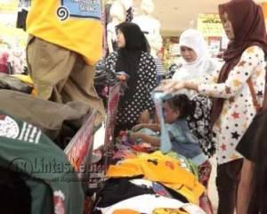 Masyarakat Tanjungpiang saat memilih baju di salah satu tempat perbelanjaan, (f.Aji Anugraha)