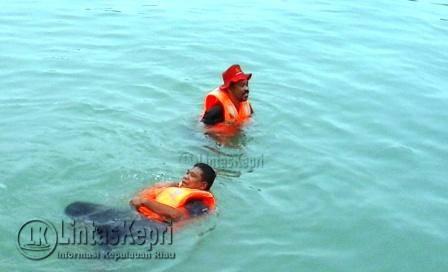 Irianto dan Wan Samsi saat melakukan tes kelayakan Life Jacket di Dermaga Pulau Penyengat.