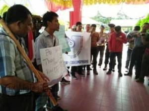 Aliansi Jurnalis Independen (AJI) Batam-Tanjungpinang menggelar aksi unjukrasa di halaman Polres Tanjungpinang terkait intimidasi yang dilakukan sejumlah preman terhadap jurnalis, Selasa (23/8).