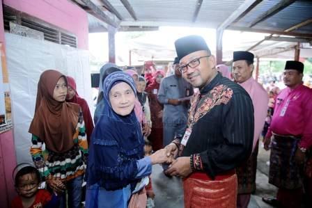 Walikota Tanjungpinang, Lis Darmansyah saat menyalurkan Kartu KIS untuk masyarakat kurang mampu.