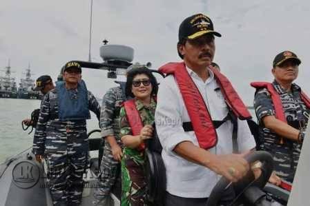 Gubernur Kepri Nurdin Basirun saat menghadiri latihan Kesehatan Terpadu TNI AL di Dermaga Fasarkan Mentigi Tanjunguban, Jumat (5/8).