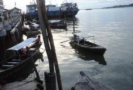 penambang rute Tanjungpinang-Kampung Bugis di pelantar II.