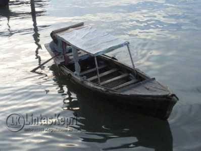 Penambang pompong rute Tanjungpinang-Kampung Bugis, Sudirman saat mengemudikan pompong miliknya.