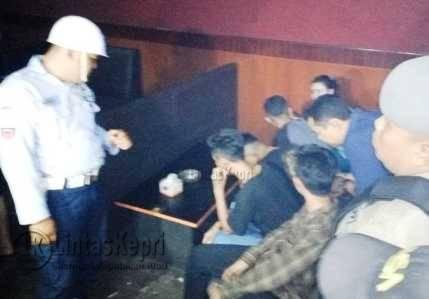 Sejumlah anggota Polisi Militer (PM) menggelar razia gabungan di Diskotik Dope dan sejumlah tempat hiburan lainnya, Sabtu (19/8) (Foto.Aji Anugraha)