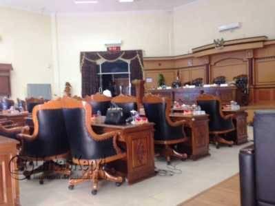 Ruang rapat paripurna DPRD Kota Tanjungpinang yang masih sepi Rabu (3/8).