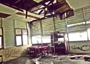 Beginilah kondisi dalam Sekolah Dasar Kelas Jauh 007 di Tambelan sebagai kecamatan terjauh di Kabupaten Bintan yang kondisinya saat ini hampir roboh.