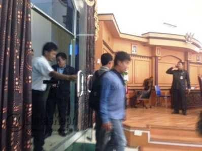 Petugas menghalau pewarta saat mencari informasi sumber keributan di ruang tunggu VIP DPRD Tanjungpinang, Rabu (3/8).
