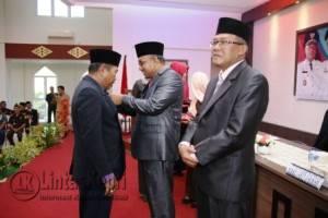 Walikota Tanjungpinang Lis Darmansyah saat menyematkan Satyalencana Karyasatya kepada salah satu ASN Pemko Tanjungpinang didampingi Sekda Riono.